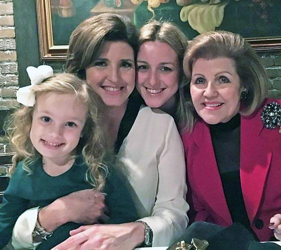Cuatro generaciones unidas: Nieves Mayo, la mamá de Alina, su hija Alina Areces, la propia Alina y su nieta Mila Areces.