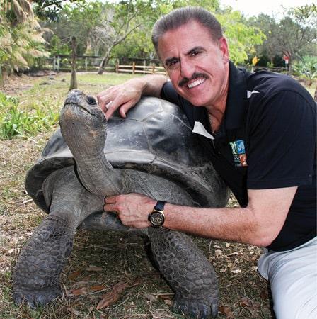 Ron Magill con una tortuga de Zoo Miami